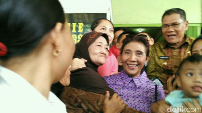 Menteri KKP Susi Pudjiastuti saat melayani permintaan selfie warga Kolaka (Foto: Siti Harlina)