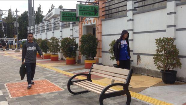 Ada juga kursi-kursi yang dipasang di tengah trotoar. Pejalan kaki pun bisa melepas penat sambil duduk-duduk di area trotoar ini.