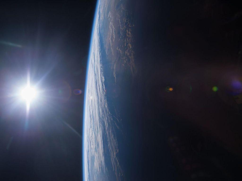 Foto penampakan matahari terbenam yang berlokasi di teluk Meksiko dan teluk pantai AS, diambil oleh engineer Terry W. Virst dengan penerbangan ekspedisi 42 luar angkasa internasional atau International Space Station. (Foto: NASA)