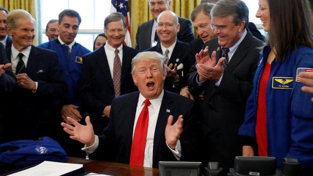 Trump saat menandatangani RUU NASA di Ruang Oval