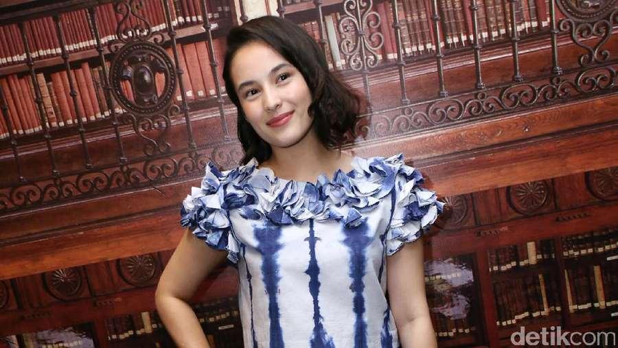 Beauty in Blue! Manisnya Chelsea Islan