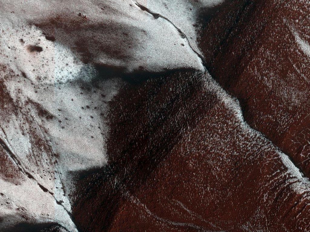 Foto ini merupakan daerah permukaan planet Mars yang menunjukkan lereng kawah. Diambil dengan kamera HiRISE (High Resolution Imaging Science Experiment) NASA yang dipasang di Mars Reconaissance Orbiter sebuah pesawat luar angkasa yang dibuat untuk membuat penerokaan Mars dari orbit. (Foto: NASA)