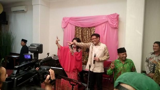 Djarot menyumbangkan lagu Panggung Sandiwara.