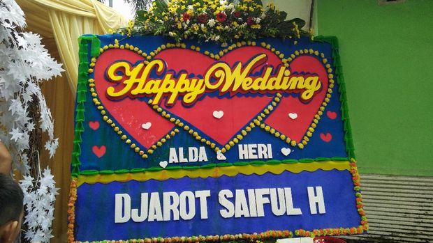 Djarot menghadiri resepsi pernikahan warga.