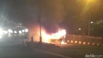 Mobil Terbakar di Pancoran, Pengemudi Lolos Amukan Api