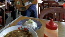 Pengamen Bergaya Reggae Di Kota Tua Jakarta