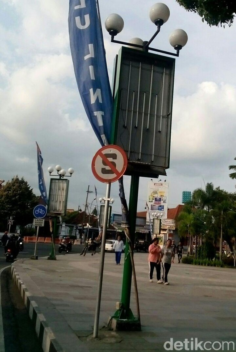 Tak Berizin, Reklame Iklan Smartphone di Alun-Alun Jember Dicopot