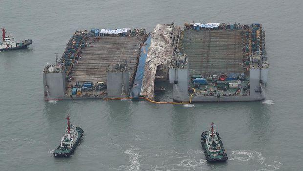Bangkai kapal Sewol saat diangkat dari dasar laut pada 24 Maret