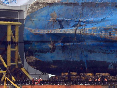 Bangkai kapal Sewol berukuran raksasa masih utuh saat diangkat dari dasar laut