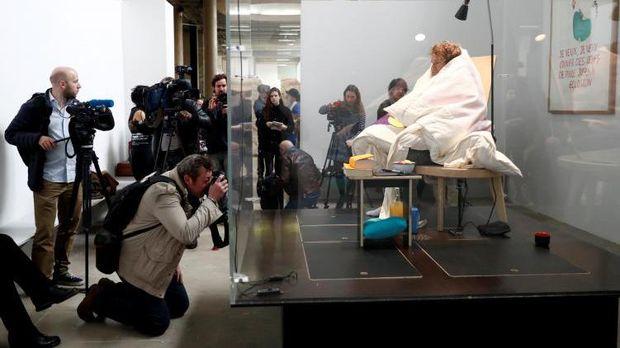 Lagi, Aksi Seniman Prancis Abraham Poincheval Hebohkan Publik