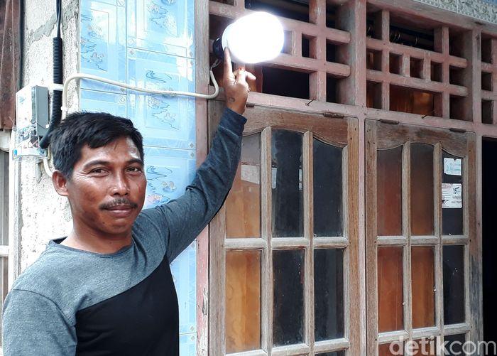 Saat ini warga yang tinggal di desa tersebut sudah bisa menikmati listrik. Dari 150 kepala keluarga yang ada di sana, PLN telah mengaliri listrik kepada 97 pelanggan.