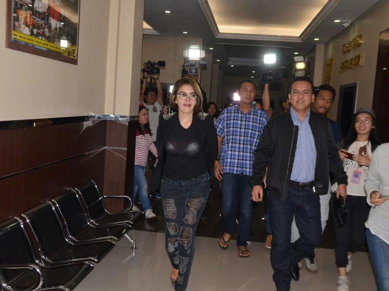 Nikita Mirzani Tampil Seksi dengan Kaos Semi Transparan