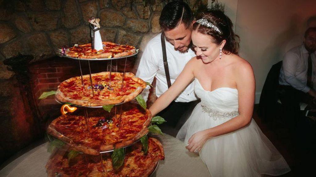 Mamma Mia! Pasangan Ini Pilih Susunan Pizza Sebagai Kue Pengantin