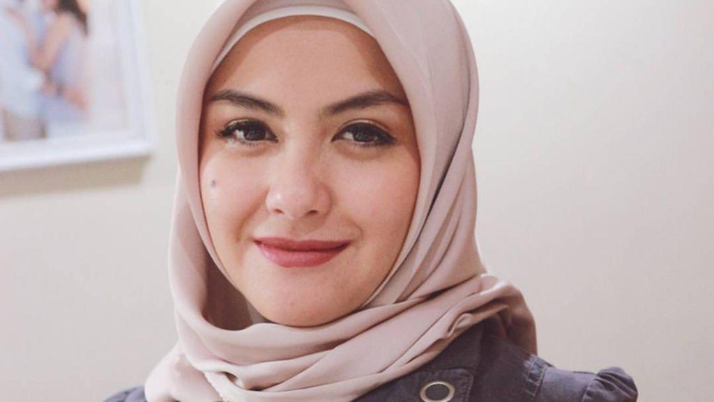 Foto: Pulang Umrah, Revalina S. Temat Makin Cantik Berhijab