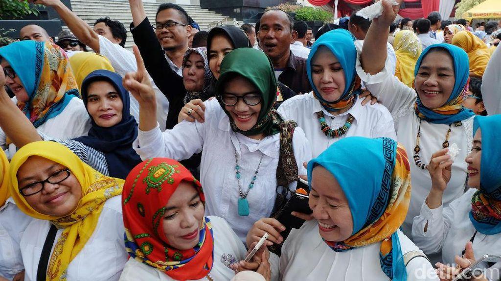 Kegembiraan Pendukung Wahidin-Andika di MK