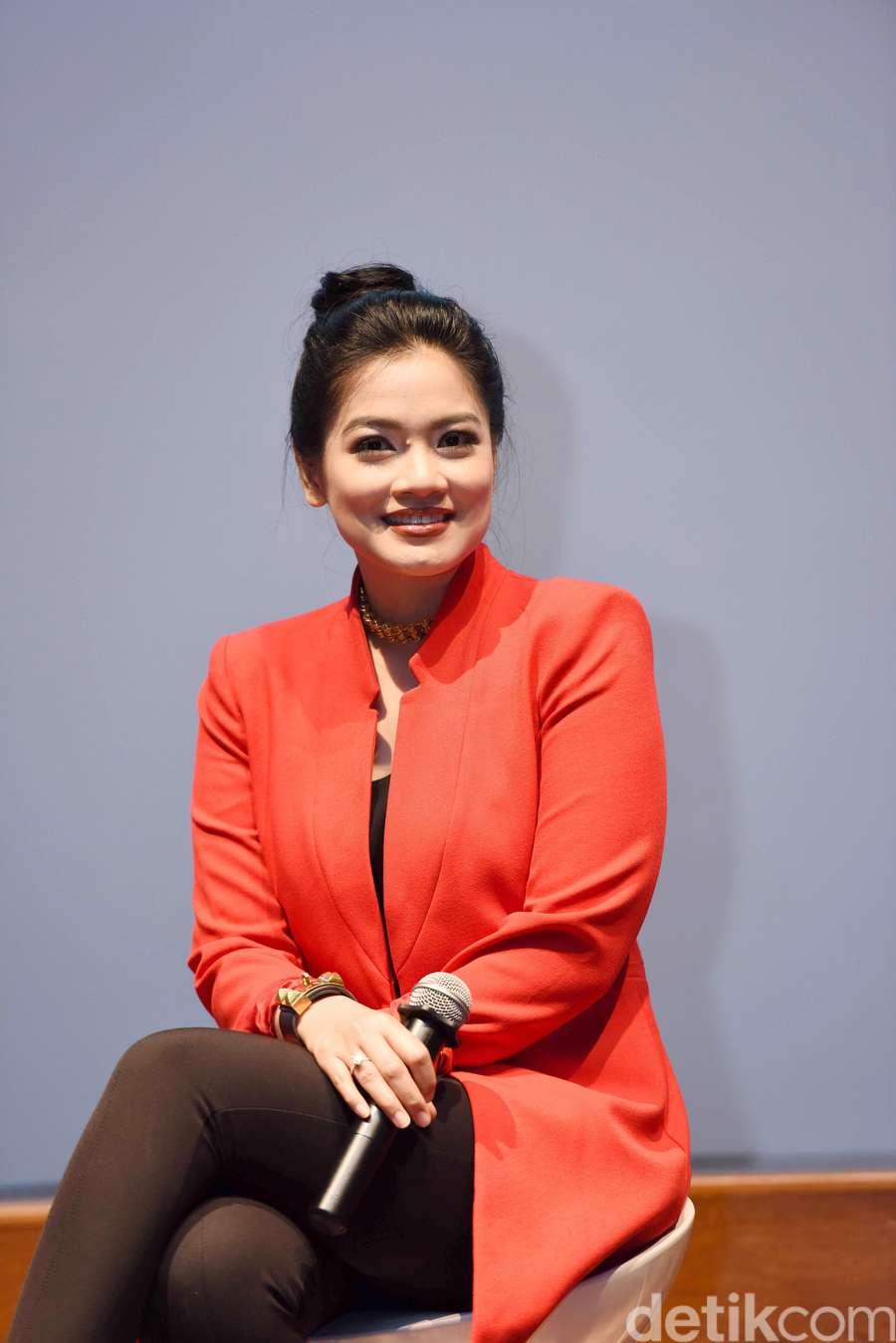 Titi Kamal Menawan dengan Blazer Merah