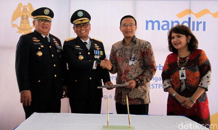 Penandatanganan kerja sama pemanfaatan layanan keuangan dilakukan oleh Regional CEO Jakarta I Bank Mandiri Aquarius Rudianto dan Ketua STPI Novyanto Widadi, Kamis (6/4/2017).