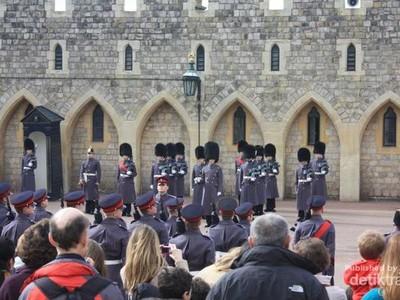 Di Kastil Windsor, Bisa Lihat Upacara Pergantian Penjaga yang Keren!
