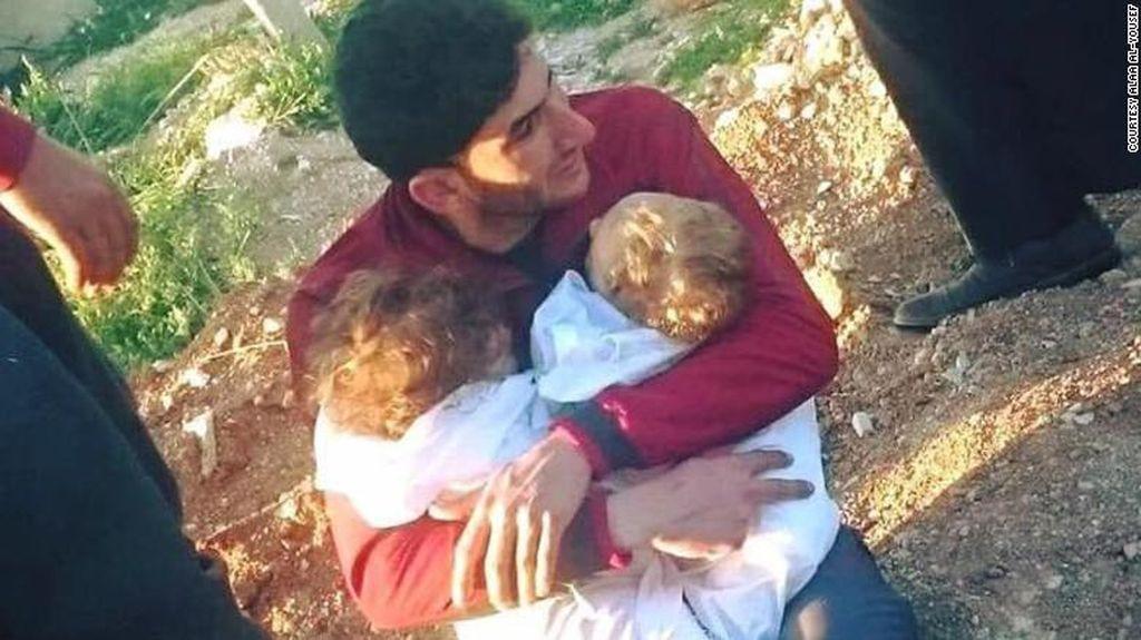 Foto pria Suriah yang tengah memeluk erat dua bayi kembarnya yang tewas akibat serangan kimia inilah yangmembuat Donald Trump tergerak.Foto: Alaa al-Yousef/CNN