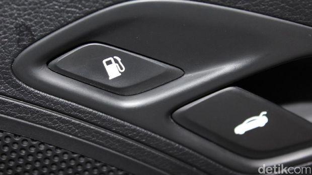 Tombol pembuka tutup tangki di mobil keluaran baru biasanya ada di pintu atau di bawah jok