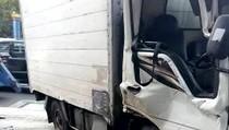 Truk Boks Tabrak Pembatas Jalan di Jakpus, Sopir Terluka