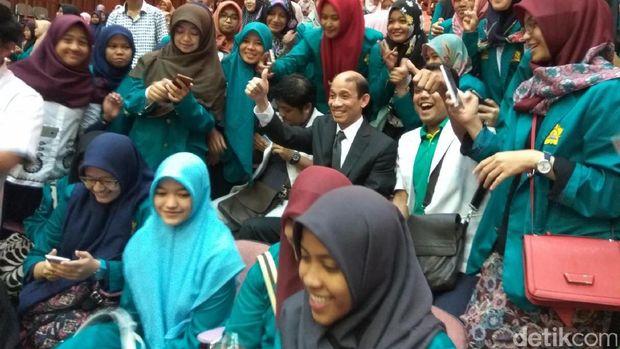 Wakil Menteri ESDM, Arcandra Tahar, jadi sasaran selfie
