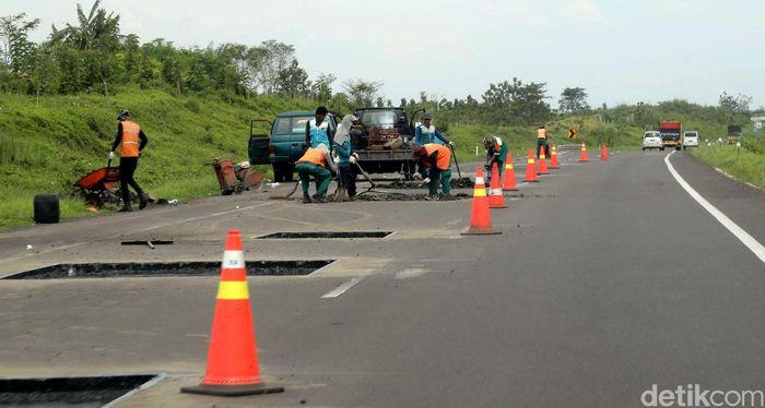 Para pekerja menyelesaikan perbaikan jalan di Tol Cikampek - Palimanan, Jawa Barat, Sabtu (08/04/2017).