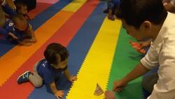 Anak-anak usia 1 tahun ini berkumpul dan ikut lomba merangkak juga berjalan. Yuk intip keseruannya.