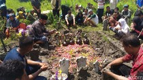 Sekeluarga Tewas Kecelakaan di Jombang Dimakamkan Satu Liang