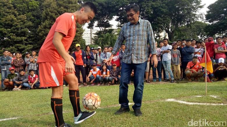 Aksi Djarot Main Bola Bareng Pemain Persija di Lapangan Banteng