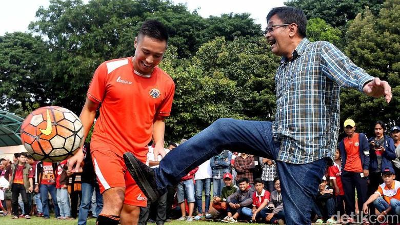 Keseruan Djarot Main Bola Bareng Persija Jakarta