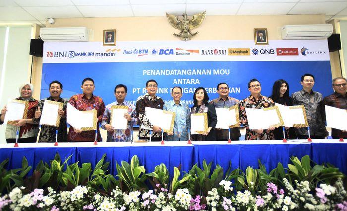 PT Railink menandatangani MoU dengan Bank Negara Indonesia (BNI), Bank Mandiri, Bank Rakyat Indonesia (BRI), Bank Tabungan Negara (BTN), Bank Central Asia (BCA), Bank Danamon, Bank DKI, Bank QNB, Maybank, dan Bank CIMB Niaga di Jakarta, Selasa (11/4/2017).