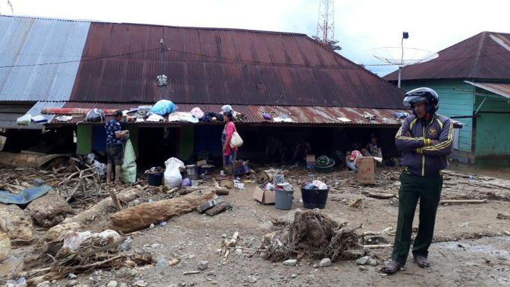 Usai Banjir Bandang Aceh, Warga Mulai Bersih-bersih Rumah