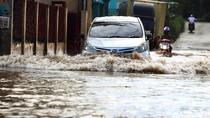 Aksi Nekat Pengendara Menerobos Banjir