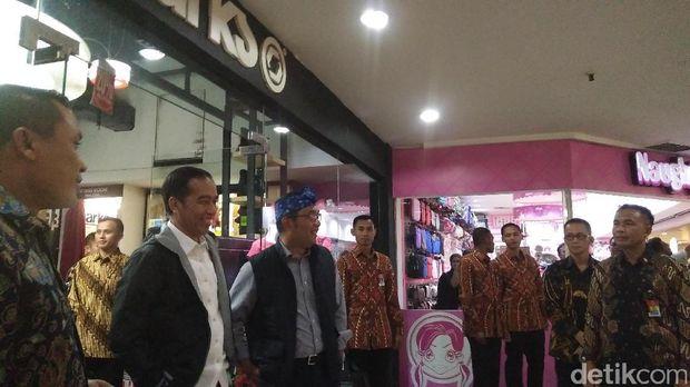 Ditemani Ridwan Kamil, Jokowi Belanja Jaket Diskon di Mal Bandung