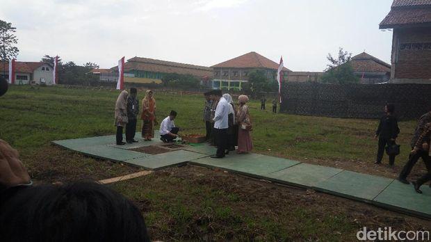 Jokowi Letakkan Batu Pertama Pembangunan Ponpes Buntet Cirebon