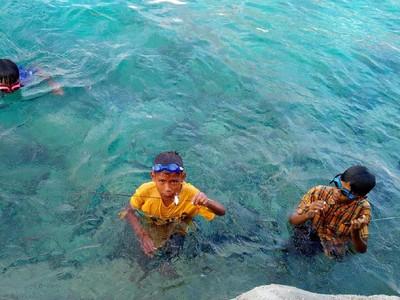 Bahagia Itu Sederhana Ala Bocah-Bocah Pencari Ikan Wakatobi