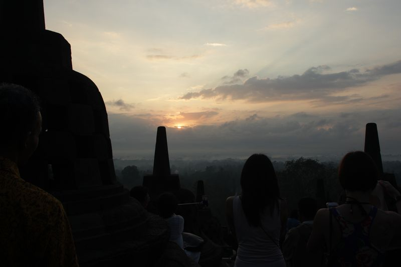 Foto: Sejak subuh, keramaian sudah terlihat di puncak Candi Borobudur, Jawa Tengah. Para wisatawan datang untuk berburu sunrise (Randy/detikTravel)