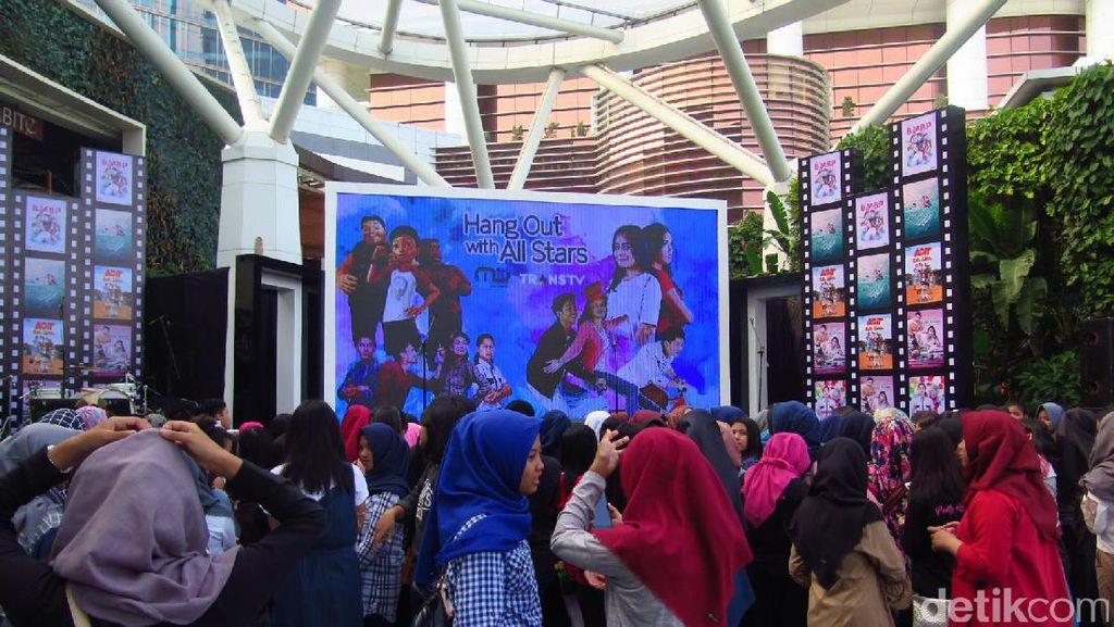 Antusiasnya Warga Bandung Sambut Para Bintang Hang Out with All Stars