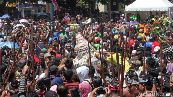 Ribuan Warga Magelang Memperebutkan 1.111 Gethuk