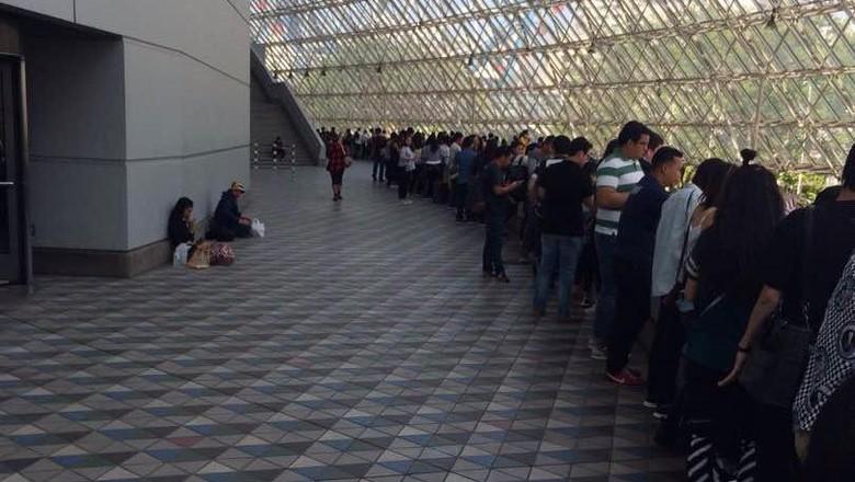 15 Menit Jelang Dibuka, Penonton Konser Coldplay Tokyo Masih Antre Panjang