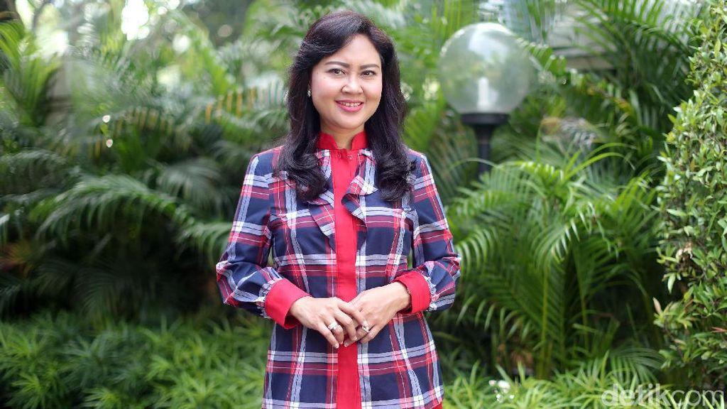 Padu Padan Stylish Baju Kotak-kotak Happy, Istri Djarot di Pilkada DKI