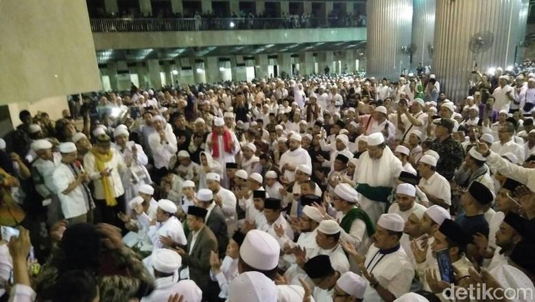 Anies Baswedan Tiba di Istiqlal, Disambut Habib Rizieq