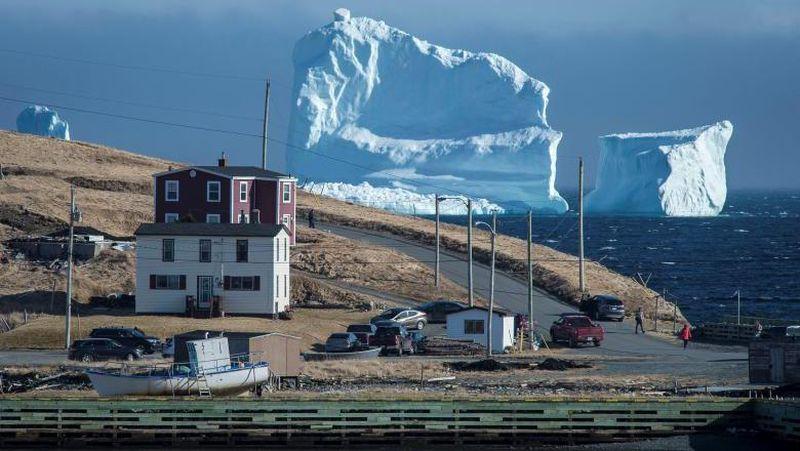 Kota Ferryland di Provinsi Newfoundland and Labrador tengah menjadi perhatian turis di Kanada. Baru-baru ini sebuah gunung es Arktik terapung di laut di dekat pesisir Kota Ferryland (Greg Locke/Reuters)