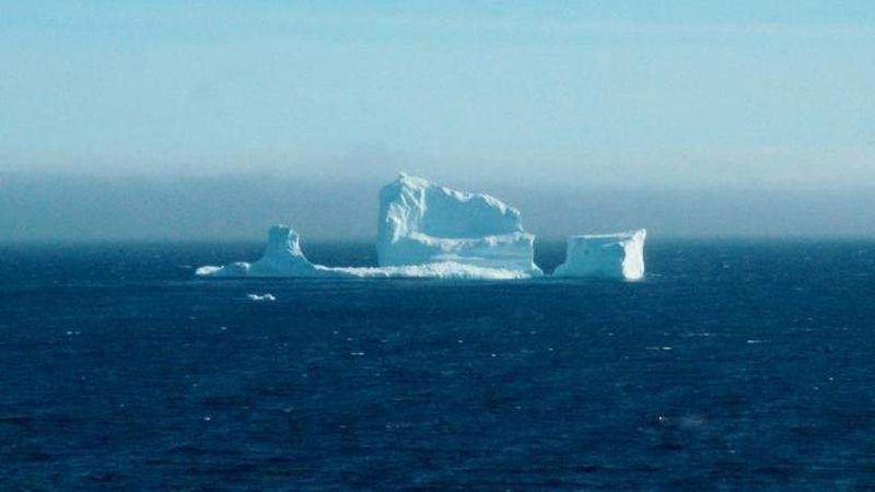 Menurut Canadian Ice Service, gunung es itu tergolong dalam kategori besar. Berarti tingginya antara 46-73 meter dan panjangnya 122-185 meter (Jody Martin/Reuters)