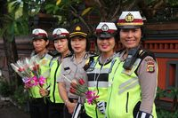 Polwan di Bali Rayakan Hari Kartini dengan Bagi-bagi Bunga