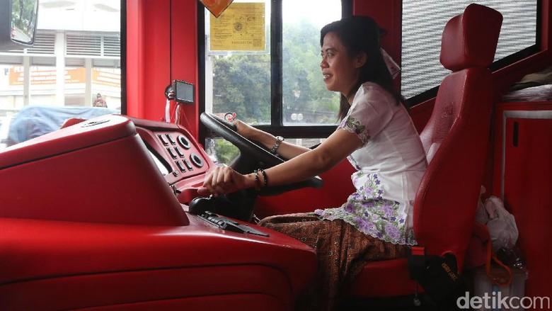 Pramudi Bus Tingkat Berkebaya dan Berkain Jarik