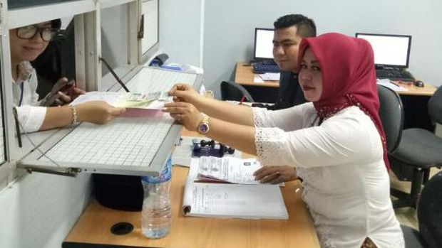 Petugas  di Satlantas Tangerang Kabupaten berkebaya di Hari Kartini.
