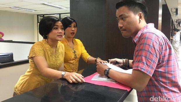 Para polwan berkebaya melayani warga di Gedung Pelayanan Satu Atap Polda Metro Jaya
