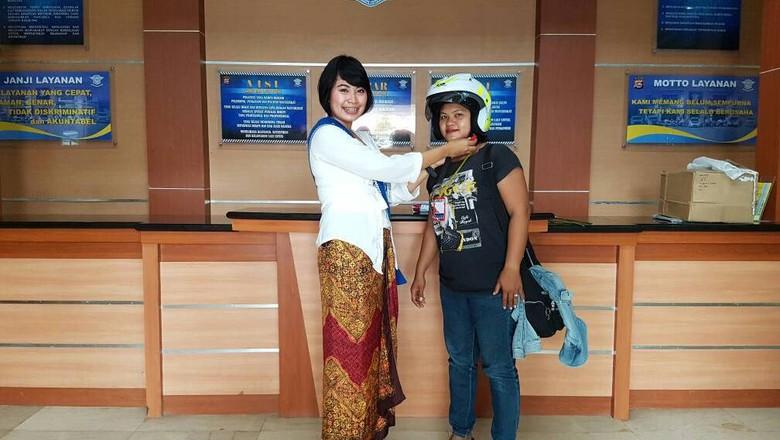 Hari Kartini, Polwan di Tangerang Bagi-bagi Helm ke Pemohon SIM